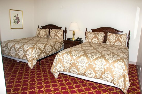 Crown and Anchor Inn: Standard Queen room offers two queen beds