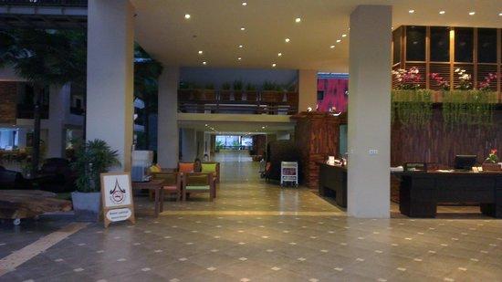 Baan Laimai Beach Resort: Hotel entrance and lobby area