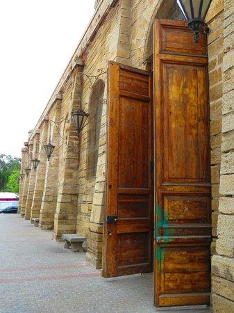 Catedral De San Bartolome De La Serena: Portón de ingreso secundario.