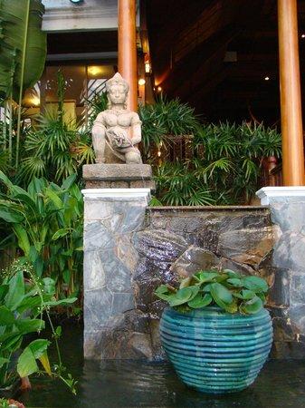 Banana Fan Sea Resort: вход в отель