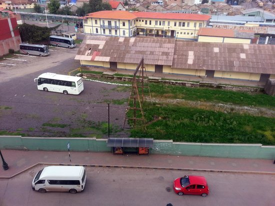 Hotel Jose Antonio Cusco: Bus & Train depot outside our room with busy street below