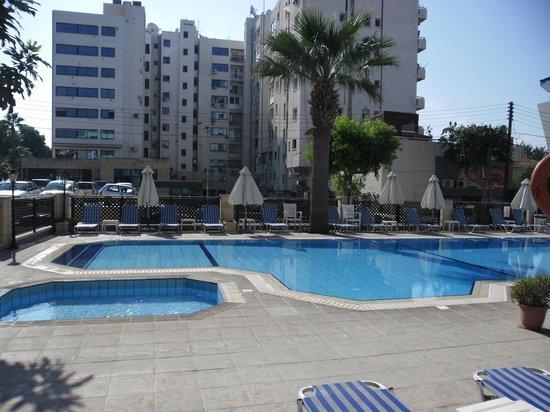 Kapetanios Hotel Limassol: у бассейна