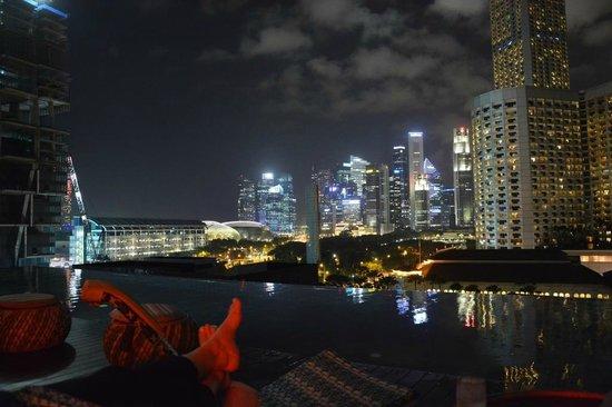 Naumi Hotel: Aussicht von der Dachterasse mit Pool bei Nacht