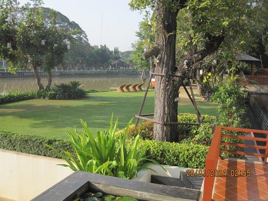 Ratilanna Riverside Spa Resort Chiang Mai : Il giardino vicino la piscina
