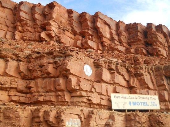 San Juan Inn : Pared del Cañon de entrada al motel