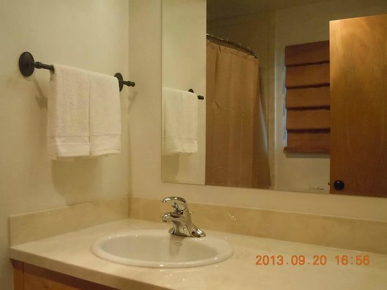 Bellevue High Country Motel: Clean bathrooms with lots of lighting.