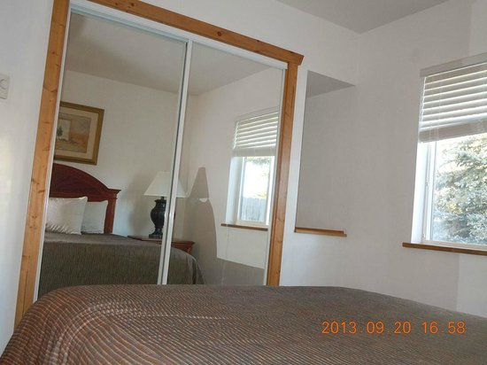Bellevue High Country Motel: Some larger rooms have full sliding glass closets.