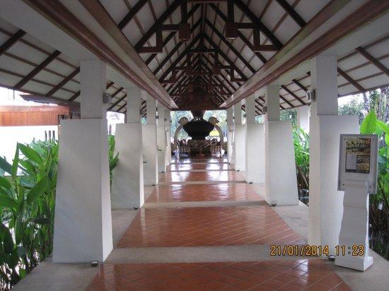 Ratilanna Riverside Spa Resort Chiang Mai : Collegamento tra la hall e la sala colazione