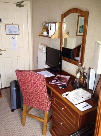 Buswells Hotel: desk with tv