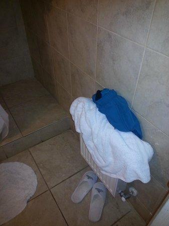 Hotel Casablanca,Spa & Wine: toallas amontonadas, no hay donde colgarlas