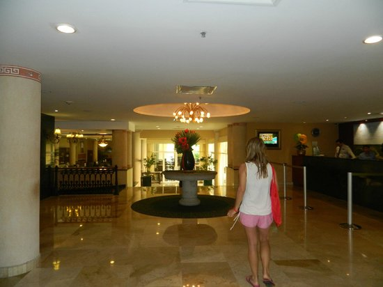 Courtyard Cancun Airport: hall del hotel