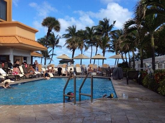 Wyndham Deerfield Beach Resort : beautiful pool area facing the beach