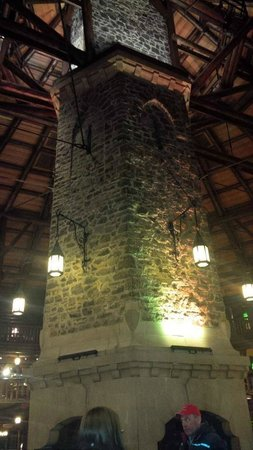 Fairmont Le Chateau Montebello: This is the grand fireplace in the centre of the hotel
