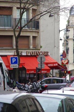 Hotel Longchamp Elysees : streetcorner to main street