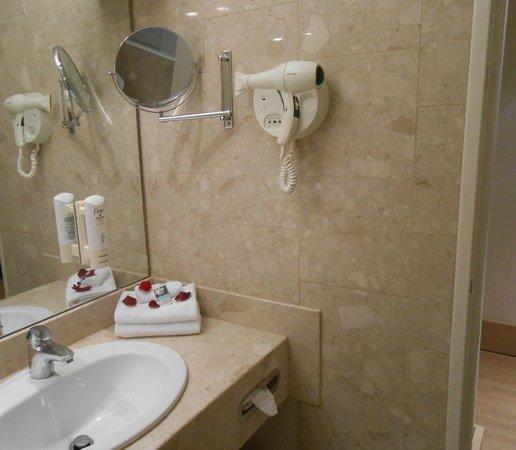 Mercure Paris Velizy Hotel : sèche cheveu (il y a même un pèse personne!)