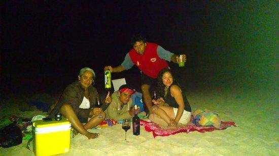 Pukao Hostel : Una maravillosa noche en la playa Anakena.