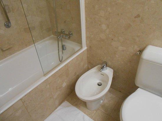Mercure Paris Velizy Hotel : baignoire bidet