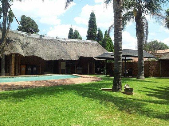 Aero Guest Lodge: Anlage mit Pool