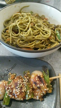 El Japones del Tragaluz: Brocheta de pollo teriyaki y fideos de té verde.