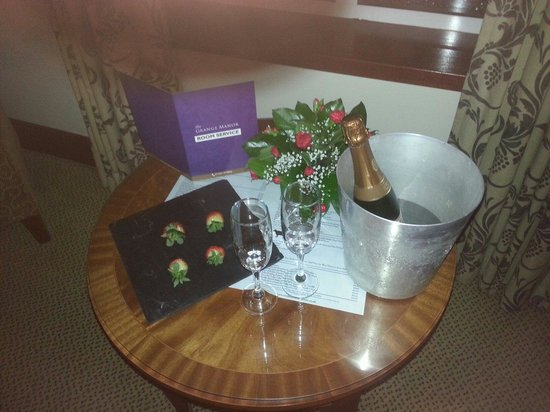 Grange Manor: Champagne and chocolate coated strawberries waiting for us on arrival