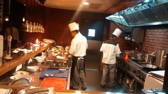 The London Grill: The view of the open kitchen