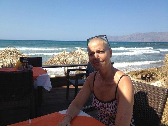 Maria Beach: Sur la terrasse restaurant en bord de plage.