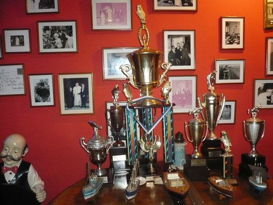 Gastronomia El Buzo : Decorations with trophies
