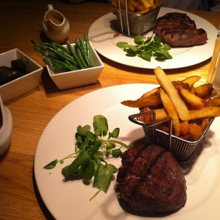 The Grill On The Alley : Steak and Chips with Mushrooms and Green Beans