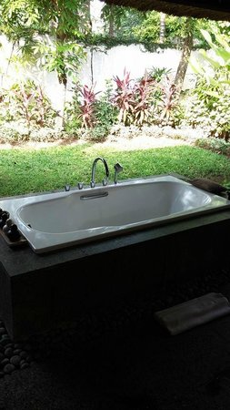 Kayumanis Jimbaran Private Estate & Spa: outdoor tub