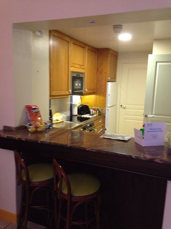 Marriott's Village d'lle-de-France : Kitchen in one of the 2 bedroom tow homes. Fully stocked with utensils and laundry room just pas