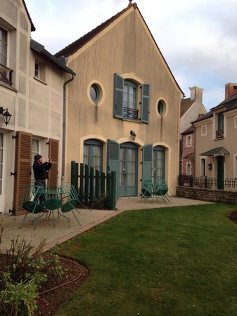 Marriott's Village d'lle-de-France : Back patio of town homes in Giverny 1400 block of rooms.