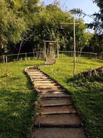 Rai Saeng Arun : A walkway from the room