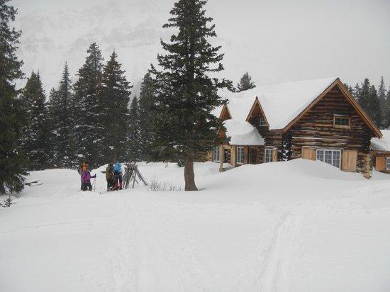 Skoki Lodge : Skiers arriving at their mountain oasis.