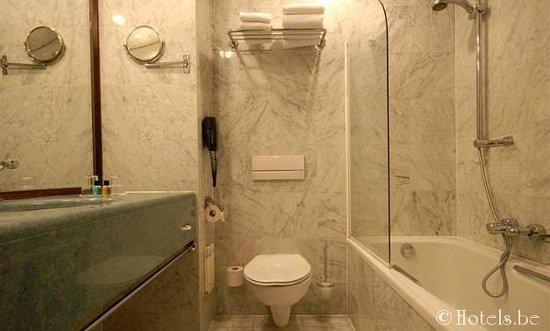 Golden Tulip De' Medici Hotel : la sale de bain