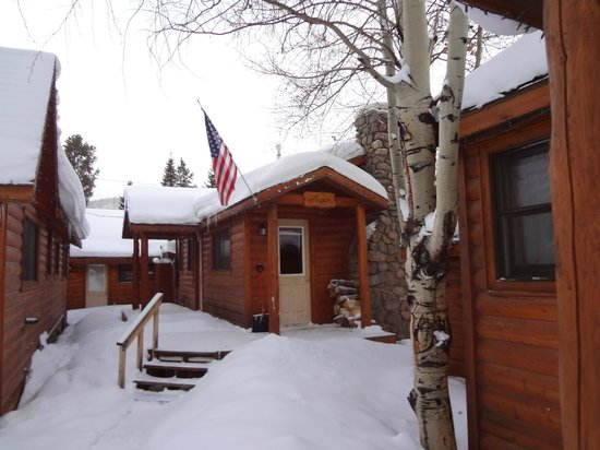 Daven Haven Lodge & Cabins: Front view