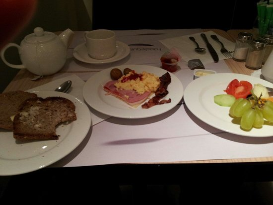 Novotel Brussels Centre: ベルギーは毎日こんな感じの朝食。さすがにカフェ、紅茶は種類もあります。