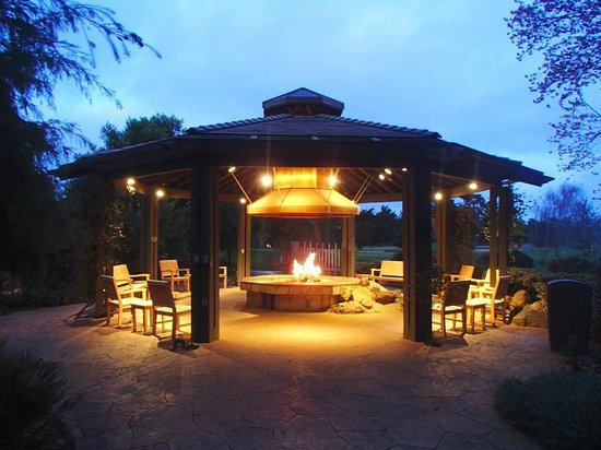 Hyatt Regency Monterey Hotel and Spa on Del Monte Golf Course : Fire pit sitting area