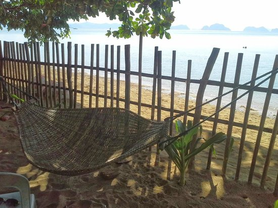Lugadia Beach Cottages: Hammock next to the beach
