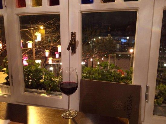 House of Medusa : Вид из окна со второго этажа - очень уютный столик в уголке :)