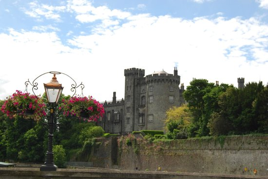 Kilkenny, Irlanda: View of Castle from a nearby bridge