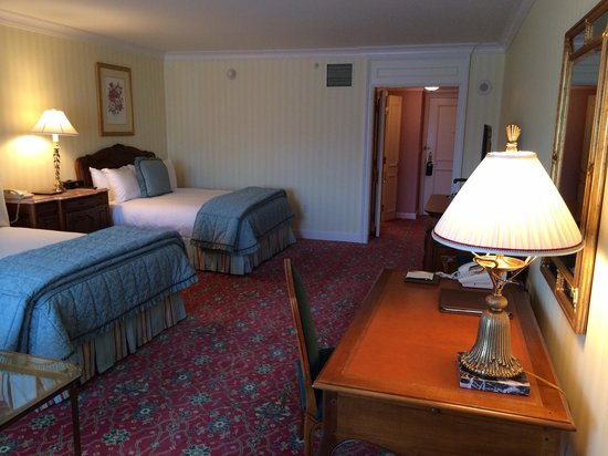 Grand America Hotel: View of beds/desk towards bathroom
