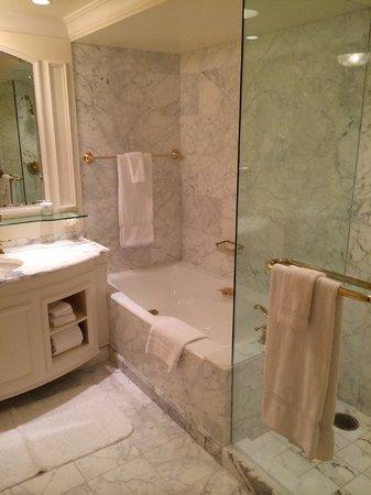 Grand America Hotel: Amazing bathroom - tub