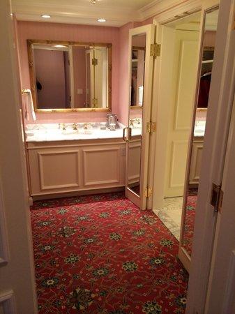 Grand America Hotel: Dressing area w/vanity