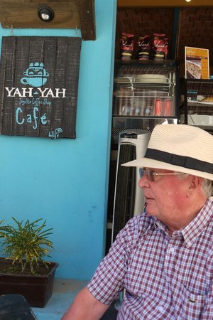 Yah-Yah Sayulita Cafe: Customers chillin