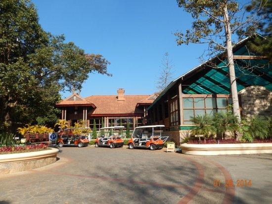 Hotel Pyin Oo Lwin: Front of hotel