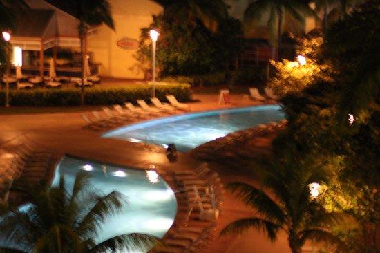 Grand Lucayan, Bahamas : Serpantine pool at night
