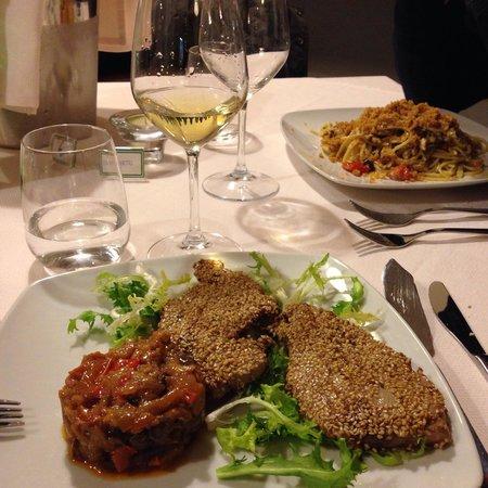 """Syraka Sicilian Restaurant: Tonno al sesamo con caponata e pasta """"al masculino"""""""