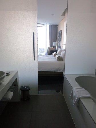 Yas Viceroy Abu Dhabi: Marina Guest Room - Bathroom