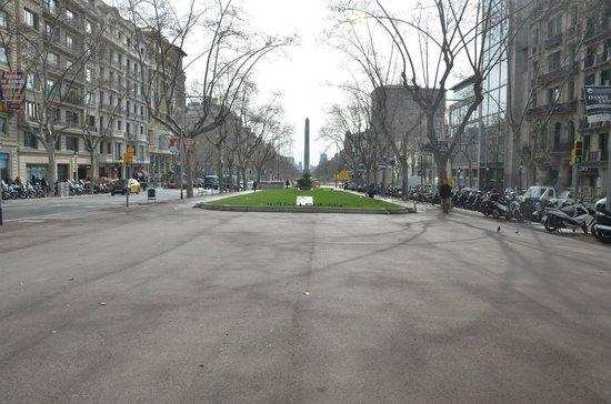 Gran de Gràcia : Inicio de la calle, con vista al monolito de la Diagonal