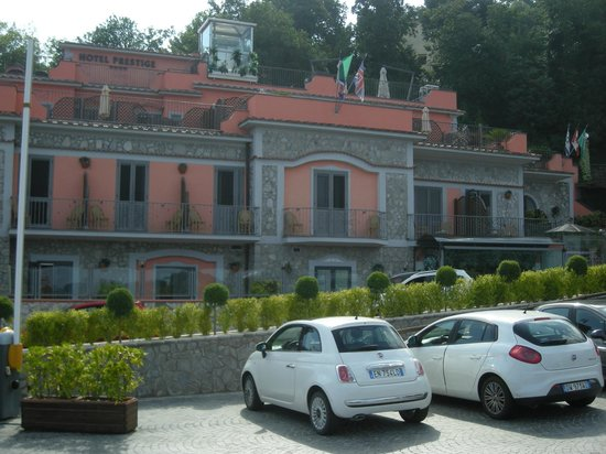 Hotel Prestige Sorrento: hotel visto dal parcheggio